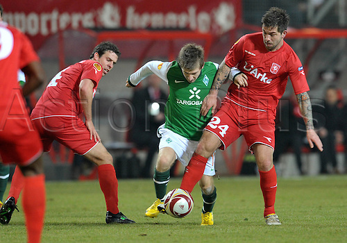 18.02.2010 Europa League,  Hinspiel, Twente Enschede - Werder Bremen  De Grolsch Veste Stadion in Enschede: Marko Marin (M)  Peter Wisgerhof (l) and Theo Janssen (r) Foto: Carmen Jaspersen dpa /Actionplus. Editorial UK Licenses Only