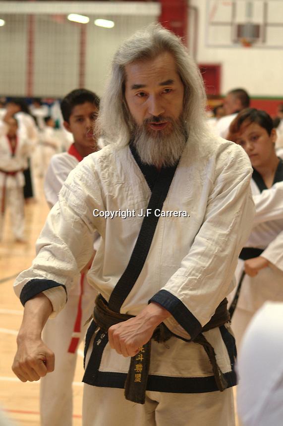 Quer&eacute;taro, Qro. 05 de abril de 2014.- Aspectos del seminario internacional de Tae Kwon do. Impartido por el maestro de origen coreano Kang Shin Chul. <br /> El disciplinado deportista est&aacute; considerado entre la lista de los taekwandoines m&aacute;s importantes del mundo. Exentrenador de la selecci&oacute;n de Ir&aacute;n, lo que posici&oacute;n a los iran&iacute;es. Incluido en la sal&oacute;n de la fama en ua cerem&oacute;nia hist&oacute;rica realizada en Se&uacute;l, Corea en 2011.<br /> <br /> Foto: J.F. Carrera / Obture Press Agency.