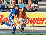 UTRECHT - Thierry Brinkman (Bldaal) met Sander de Wijn (Kampong)  tijdens   de hoofdklasse competitiewedstrijd mannen, Kampong-Bloemendaal (2-2) .  COPYRIGHT   KOEN SUYK