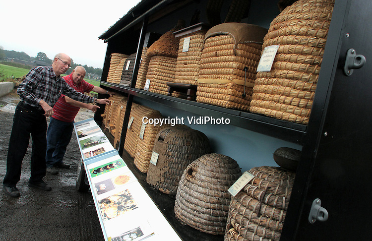 Foto: VidiPhoto..SPEULD - Leden van de Uddelse bijenvereniging De Vierkante Korf, tonen in Speuld op de Veluwe de enige rijdende bijenstal van Nederland. Tussen de soms 200 jaar oude bijenkorven, staan nieuw vervaardigde replica's. Totaal zo'n 40 stuks. De imkerverenging gebruikt de rijdende 'stal' voor educatie op bijenmarkten en (jaar)markten, om zo anderen te interesseren voor het het vak van imker, dat met 'uitsterven' wordt bedreigd. Ook worden er cursussen korfvlechten gegeven in de wintermaanden.