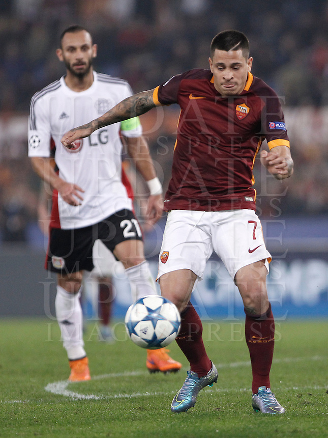 Calcio, Champions League, Gruppo E: Roma vs Bayer Leverkusen. Roma, stadio Olimpico, 4 novembre 2015.<br /> Roma's Juan Iturbe in action during a Champions League, Group E football match between Roma and Bayer Leverkusen, at Rome's Olympic stadium, 4 November 2015.<br /> UPDATE IMAGES PRESS/Isabella Bonotto