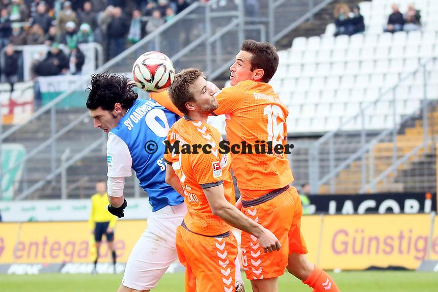 Dominik Stroh-Engel (SV98) gegen Benedikt Röcker und Goran Sukalo (Fuerth) - SV Darmstadt 98 vs. SpVgg. Greuther Fuerth, Stadion am Boellenfalltor