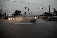 SAO PAULO, SP - CHUVA ALAGAMENTO - Fote Chuva atinge o Capão Redondo, nas proximidades da estação do Metro da linha 5 Lilas de mesmo nome na tarde desta sexta-feira (12). A Estrada do Itapecerica e Comendador San't anna, ficam alagadas mas transitáveis.<br /> <br /> (Foto: Fabricio Bomjardim / Brazil Photo Press)