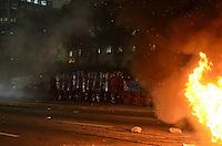 SAO PAULO, 06 DE JUNHO DE 2013 PROTESTO AUMENTO TARIFA - Milhares de pessoas protestam contra o aumento da tarifa do transporte publico, na região central na noite desta quinta feira, 06. O grupo depedrou pontos a cidade e colocou fogo interditando algumas vias. A tropa de choque foi acionada. (FOTO: ALEXANDRE MOREIRA / BRAZIL PHOTO PRESS)