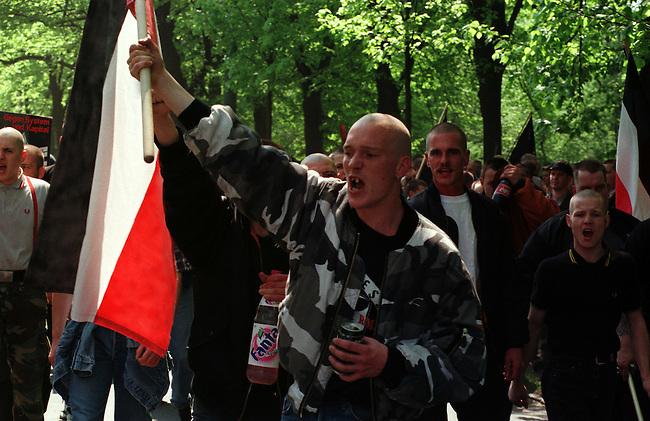 Etwa 4.000 Mitglieder und Sympathiesanten der NPD kamen zu einer Kundgebung vor das Voelkerschlachtdenkmal in Leipzig. Die NPD hatte 10.000 bis 15.000 Teilnehmer angekuendigt.<br /> Hier: Kundgebungsteilnehmer skandieren Parolen, nachdem eine Demonstration durch Polizei unterbunden worden war. Demonstrieren war gerichtlich verboten worden, nur eine Kundgebung war erlaubt.<br /> 1.5.1998, Leipzig<br /> Copyright: Christian-Ditsch.de<br /> [Inhaltsveraendernde Manipulation des Fotos nur nach ausdruecklicher Genehmigung des Fotografen. Vereinbarungen ueber Abtretung von Persoenlichkeitsrechten/Model Release der abgebildeten Person/Personen liegen nicht vor. NO MODEL RELEASE! Nur fuer Redaktionelle Zwecke. Don't publish without copyright Christian-Ditsch.de, Veroeffentlichung nur mit Fotografennennung, sowie gegen Honorar, MwSt. und Beleg. Konto: I N G - D i B a, IBAN DE58500105175400192269, BIC INGDDEFFXXX, Kontakt: post@christian-ditsch.de<br /> Bei der Bearbeitung der Dateiinformationen darf die Urheberkennzeichnung in den EXIF- und  IPTC-Daten nicht entfernt werden, diese sind in digitalen Medien nach &sect;95c UrhG rechtlich geschuetzt. Der Urhebervermerk wird gemaess &sect;13 UrhG verlangt.]