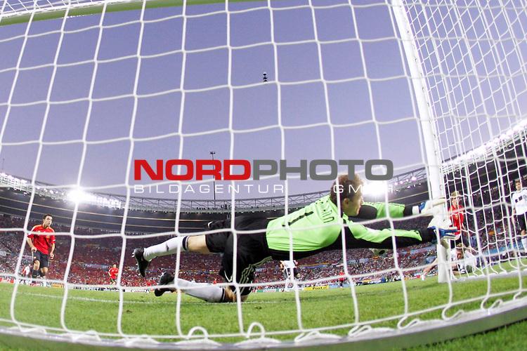 UEFA Euro 2008 Final Match 31 Wien - Ernst-Happel-Stadion. Deutschland ( GER ) - Spanien ( ESP ). <br /> Jens Lehmann ( Germany / Torh&uuml;ter / Goalkeeper / Arsenal London #01 ) bei einer Parade. Fotografiert mit der Hintertorkamera.<br /> Foto &copy; nph (  nordphoto  )