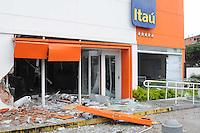 SAO PAULO, SP, 26 DE JANEIRO DE 2012 - EXPLOSAO CAIXA ELETRONICO SAO PAULO - Ladroes explodiram caixas eletronicos de um banco na Rua Jose Bacchiglieri na Cidade Dutra na manha desta quinta-fera, 26. (FOTO: ADRIANO LIMA - NEWS FREE).