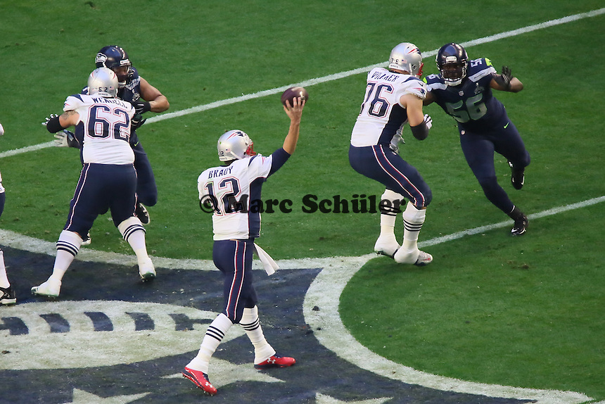 OT Sebastian Vollmer verschafft QB Tom Brady (Patriots) Zeit gegen DE Cliff Avril (Seahawks) - Super Bowl XLIX, Seattle Seahawks vs. New England Patriots, University of Phoenix Stadium, Phoenix