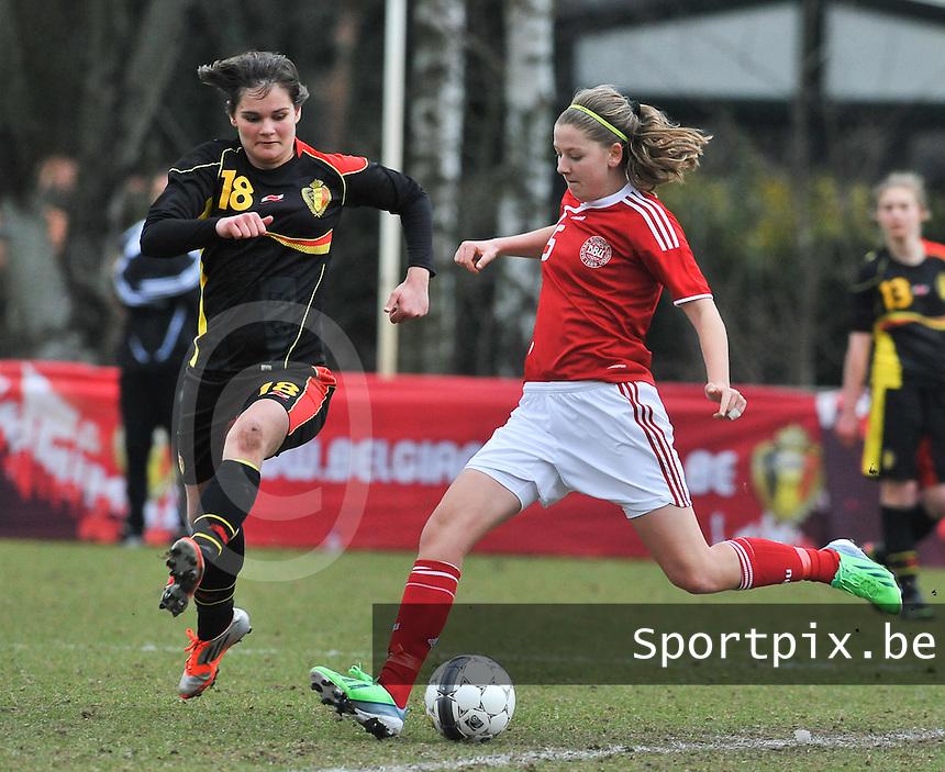 Denmark U17 - Belgium U17 : Louise Ringsing aan de bal voor Lotte Aertsen.foto DAVID CATRY / Vrouwenteam.be
