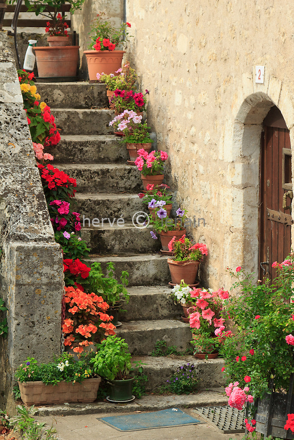 France, Vienne (86), Angles-sur-l'Anglin,  labellisé Plus Beau Village de France, escalier fleuri dans le village // France, Vienne, Angles-sur-l'Anglin, flowered escalator