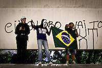 SÃO PAULO,SP,18 JUNHO 2013 - PROTESTO CONTRA AUMENTO TARIFA - Manifestantes realizam protesto contra o aumento da tarifa de ônibus para R$3,20 na em frente a prefeitura de São Paulo região central de São Paulo, na noite  desta terça- feira (18).FOTO ALE VIANNA - BRAZIL PHOTO PRESS