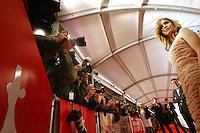 20110921 - Utrecht - Foto: Ramon Mangold - NFF 2011 - Nederlands Filmfestival - .Openingsavond van de 31ste editie van het Nederlands Filmfestival in de Utrechts Stadsschouwburg..Hoofdrolspeelster Sylvia Hoeks (R), van de openingsfilm 'De Bende van Oss', poseert voor de masaal toegestoomde pers. Regiseur Andre van Duren (Tweede van rechts) kijkt geamuseerd toe.
