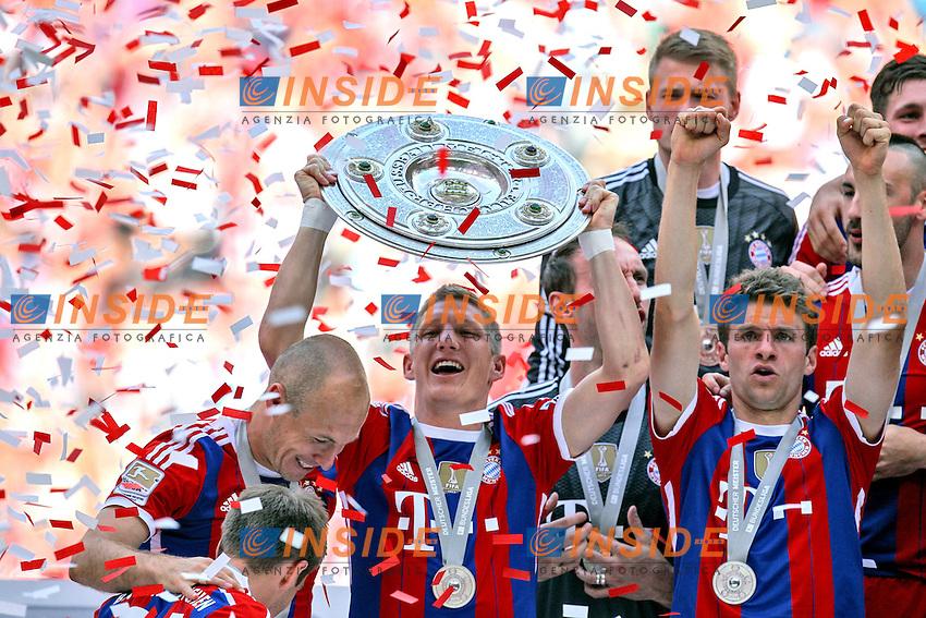 10.05.2014, Allianz Arena, Muenchen, GER, 1. FBL, FC Bayern Muenchen vs VfB Stuttgart, 34. Runde, im Bild Bastian Schweinsteiger #31 (FC Bayern Muenchen)haelt die Meisterschale in der Hand // during the German Bundesliga 34th round match between FC Bayern Munich and VfB Stuttgart at the Allianz Arena in Muenchen, Germany on 2014/05/10. EXPA Pictures &copy; 2014, PhotoCredit: EXPA/ Eibner-Pressefoto/ Kolbert<br /> <br /> *****ATTENTION - OUT of GER***** <br /> Football Calcio 2013/2014<br /> Bundesliga 2013/2014 Bayern Campione Festeggiamenti <br /> Foto Expa / Insidefoto
