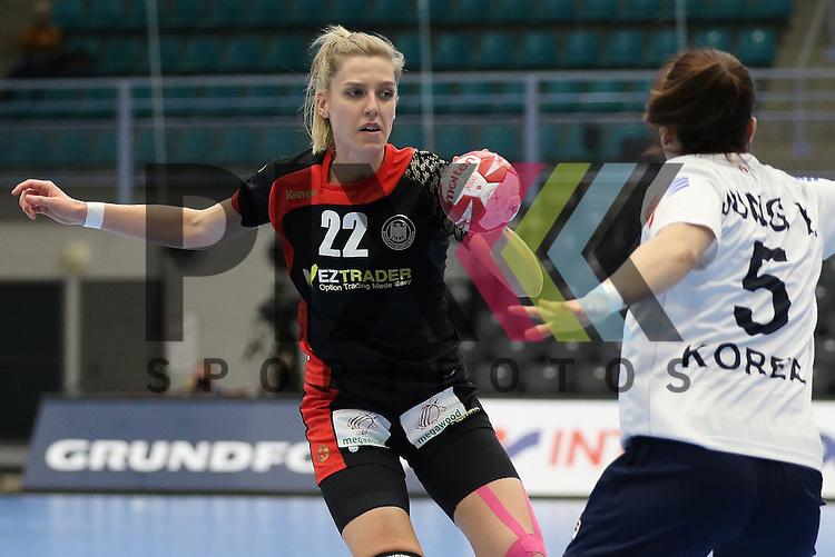 Kolding (DK), 010.12.15, Sport, Handball, 22th Women's Handball World Championship, Vorrunde, Gruppe C, Deutschland-S&uuml;d Korea : Susann M&uuml;ller (Deutschland, #22), Jung Yura (S&uuml;d Korea, #05)<br /> <br /> Foto &copy; PIX-Sportfotos *** Foto ist honorarpflichtig! *** Auf Anfrage in hoeherer Qualitaet/Aufloesung. Belegexemplar erbeten. Veroeffentlichung ausschliesslich fuer journalistisch-publizistische Zwecke. For editorial use only.