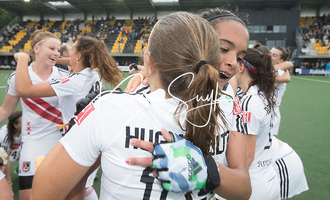 DEN BOSCH - HOCKEY -   Landkampioenschap jeugd  tussen HDM MA1 en Amsterdam MB1. Amsterdam wordt Kampioen (0-1) en viert feest. midden Yasmin Geerlings.  COPYRIGHT KOEN SUYK