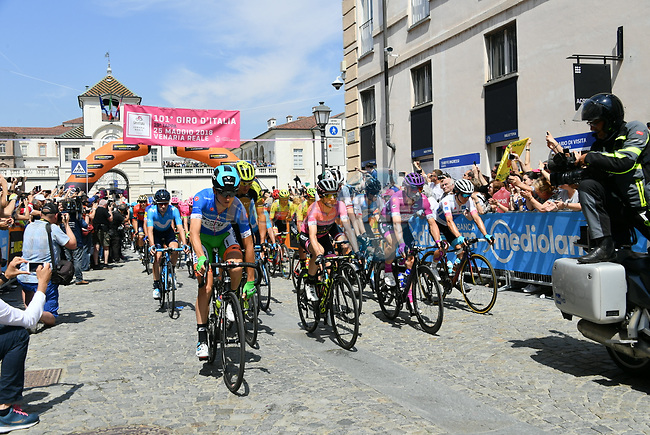 The start of Stage 19 of the 2018 Giro d'Italia, running 185km from Venaria Reale to Bardonecchia featuring the Cima Coppi of this Giro, the highest climb on the Colle delle Finestre with its gravel roads, before finishing on the final climb of the Jafferau, Italy. 25th May 2018.<br /> Picture: LaPresse/Gian Mattia D'Alberto   Cyclefile<br /> <br /> <br /> All photos usage must carry mandatory copyright credit (© Cyclefile   LaPresse/Gian Mattia D'Alberto)