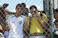 RIO DE JANEIRO, RJ, 04 DE JANEIRO DE 2012 –  Torcedores do Botafogo, durante a reapresentação do time, na sede de General Severiano na cidade do Rio de Janeiro nessa quarta-feira, 04. FOTO: BRUNO TURANO – NEWS FREE.