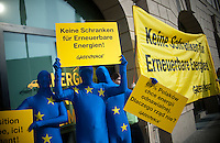 """Berlin, Aktivisten der Umweltschutzorganisation Greenpeace protestieren am Mittwoch (26.02.2014) anlaesslich des Treffens der Umweltminister aus Polen, Frankreich und Deutschland vor dem Umweltministerium """"für den raschen Ausbau von Erneuerbaren Energien in Europa"""" mit einem Schild mit der Aufschrift """"Keine Schranken für Erneuerbare Energien"""". Foto: Steffi Loos/CommonLens"""
