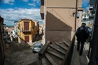 Corleone, Sicilia. Uno scorcio del centro di Corleone.<br /> Il paese che da molti &egrave; considerato come il luogo dove sia nata la Mafia, si ritrova dopo la morte di Tot&ograve; Riina, a dover far i conti con una pesante eredit&agrave;. A Corleone vivono poco pi&ugrave; di 11 mila abitanti e il comune &egrave; stato sciolto per infiltrazioni mafiose nell&rsquo;agosto del 2016.