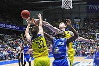 Mike Morrison (Fraport Skyliners) kaempft mit Mickey McConnell (EWE Baskets Oldenburg) und Maxime De Zeeuw (EWE Baskets Oldenburg) um den Ball - 05.11.2017: Fraport Skyliners vs. EWE Baskets Oldenburg, Fraport Arena Frankfurt