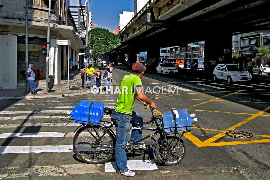 Transporte de água mineral. Rua Amaral Gurgel. São Paulo. 2007. Foto de Juca Martins.