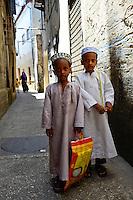 TANZANIA Zanzibar, Stone town is part of UNESCO heritage, two muslim boys / TANSANIA Insel Sansibar, Stonetown, die Altstadt ist Teil des Unesco Welterbe Programm, 99 Prozent der Bewohner sind Muslime