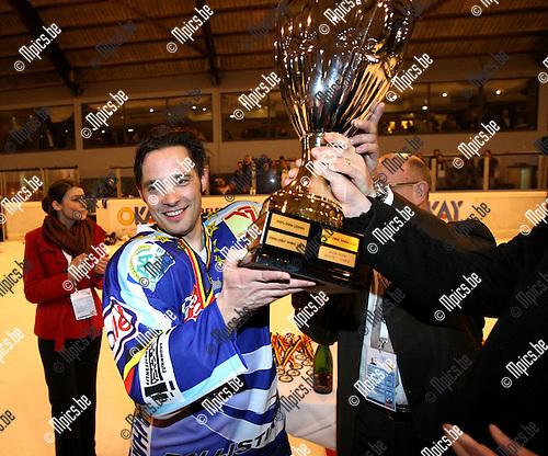 2009-01-03 / ijshockey / Finale Beker van België / Turnhoutse aanvoerder, Ward Szarzynski, neemt de beker in ontvangst..Foto: Maarten Straetemans (SMB)