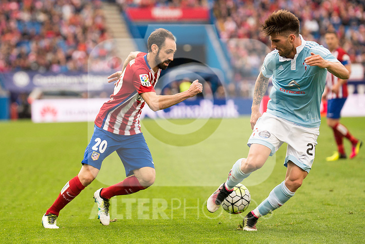 Atletico de Madrid's Juanfran and Celta de Vigo's Planas during La Liga Match at Vicente Calderon Stadium in Madrid. May 14, 2016. (ALTERPHOTOS/BorjaB.Hojas)