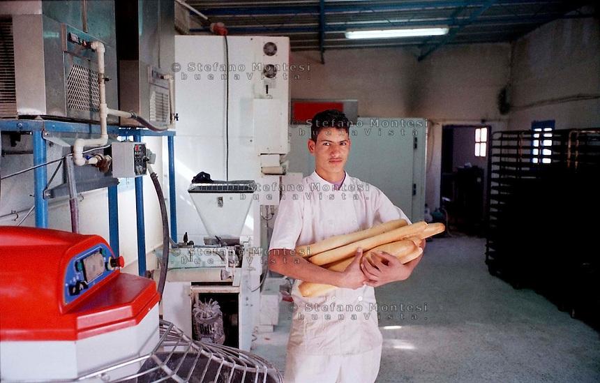 Febbraio 2012.The Saharawi refugee camp Smara.Il centro di produzione e servizi. Il fornaio.The center of production and services. The baker