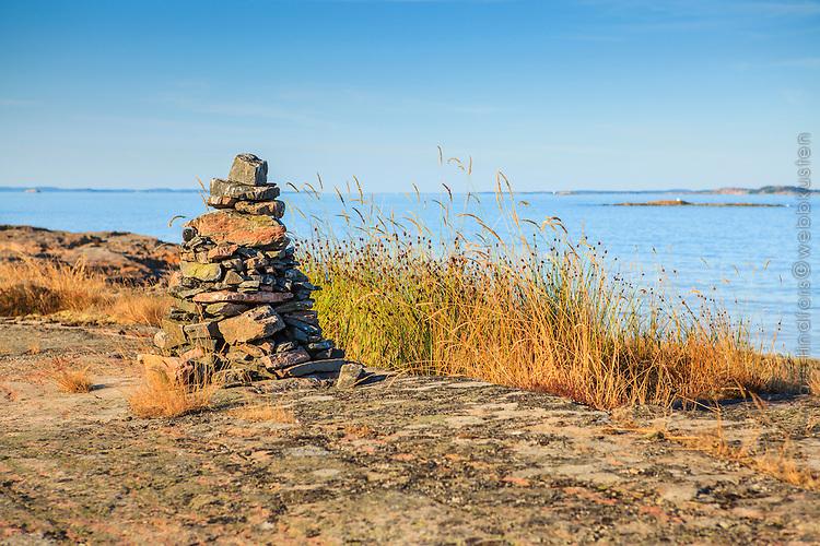 Sjömärke kummel på klippa på Järflotta  vid havet i Stockholms skärgård.