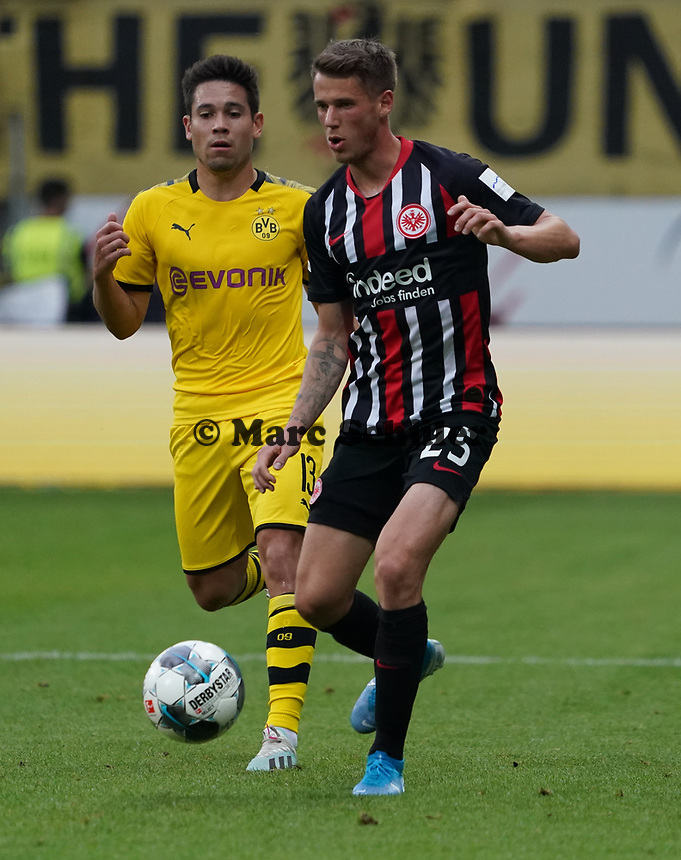 Erik Durm (Eintracht Frankfurt) gegen Raphel Guerreiro (Borussia Dortmund) - 22.09.2019: Eintracht Frankfurt vs. Borussia Dortmund, Commerzbank Arena, 5. Spieltag<br /> DISCLAIMER: DFL regulations prohibit any use of photographs as image sequences and/or quasi-video.