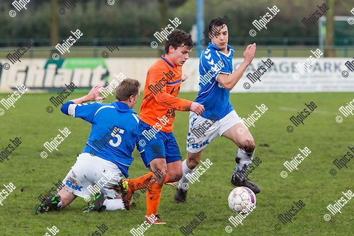2015-02-01 / Voetbal / Seizoen 2014-2015 / KFC Lentezon-FC Gierle / Nico Dries (Lentezon) in duel met Stijn Geudens en Niels Coveliers (Gierle)<br /> <br /> Foto: Mpics.be