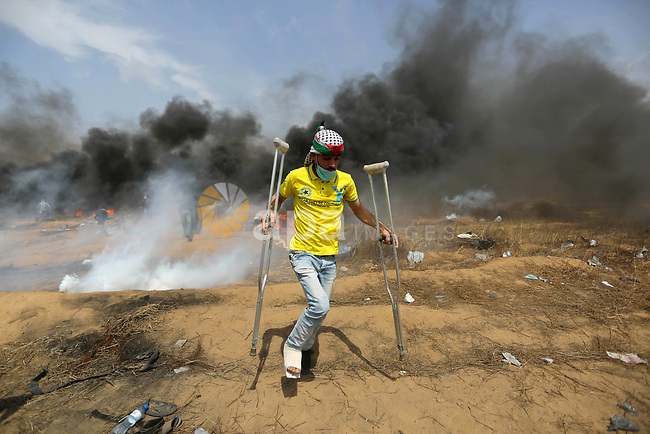 Palestinian protesters clash with Israeli security forces during tents protest demanding the right to return to their homeland, at the Israel-Gaza border, in Khan Younis in the southern Gaza Strip on April 27, 2018. Photo by Ashraf Amra