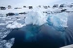 Village de Tiniteqilaq derrière des icebergs Groënland (côte Est). Région d'Angmagssalik (Ammasalik ou Tassilaq). Tiniteqilaq village behind icebergs. Greenland (East coast).