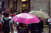 SÃO PAULO, SP, 08 DE FEVEREIRO DE 2012 - CLIMA TEMPO - Pancada de chuva atinge a capital na tarde desta quarta-feira, na região da avenida Paulista. FOTO: ALEXANDRE MOREIRA - NEWS FREE.