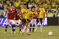 BARRANQUILLA -COLOMBIA- 11 -10-2013. Falcao Garcia  de Colombia se dispone  a patear el segundo penalty que convirtio y con el cual  empato el partido contra Chile y reafirmo la clasificaion al mundial en Brasil 2014 ,partido correspondiente para las eliminatorias al mundial de Brasil 2014 disputado en el estadio Metropolitano de Barranquilla   / Falcao Garcia of Colombia prepares to kick the second penalty that became and which tied the match against Chile and to reaffirm the global clasificaion in Brazil 2014 qualifying game for the World Cup for Brazil 2014 match at the Metropolitano stadium in Barranquilla  .Photo: VizzorImage / Felipe Caicedo /  Stringer /