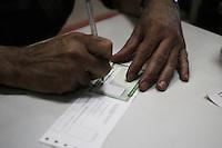 CURITIBA, PR, 06.05.2014 -  TITULO DE ELEITOR / CURITIBA - Movimentação na Central de Atendimento do Tribunal Regional Eleitoral de Curitiba nesta terça-feira (06), véspera para o fim do prazo para a regularização do título de eleitor para quem quer votar nas eleições de outubro. O TRE informa que o atendimento ocorre até amanhã, quando termina o prazo para que seja realizado a inscrição eleitoral ou pedir a transferência do título junto a Justiça Eleitoral. (Foto: Paulo Lisboa / Brazil Photo Press)