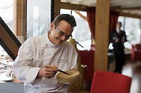 Europe/France/Rhone-Alpes/73/Savoie/Courchevel: Jean-Pierre Jacob chef du Restaurant: Le Bateau Ivre, à l'hôtel:  la Pomme de Pin, examine la maturation d'une tomme de Savoie [Non destiné à un usage publicitaire - Not intended for an advertising use]