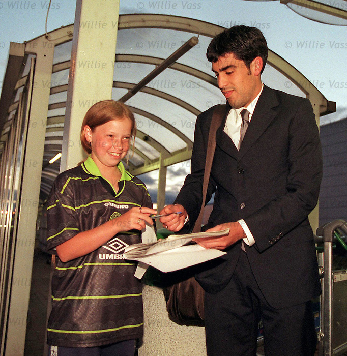 Claudio Reyna arrives in Glasgow to sign for Rangers in 1999, that's the team in blue Claudio.
