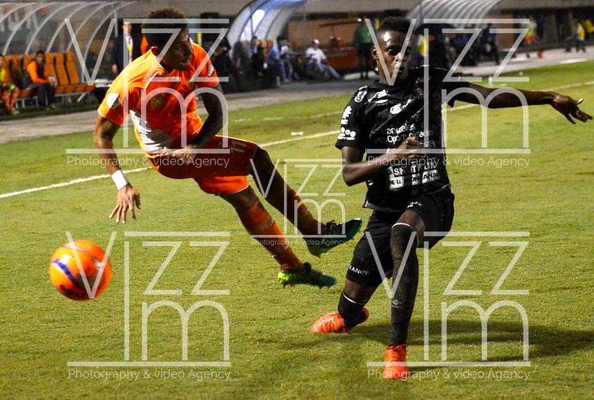 ENVIGADO -COLOMBIA-09-05-2017: Duvan Vergara (Izq) jugador de Envigado FC disputa el balón con Miguel Nazarit (Der) jugador de Once Caldas durante partido por la fecha 17 de la Liga Águila I 2017 realizado en el Polideportivo Sur de la ciudad de Envigado. / Duvan Vergara (L) player of Envigado FC fights for the ball with Miguel Nazarit (R) player of Once Caldas during match for the date 17 of the Aguila League I 2017 played at Polideportivo Sur in Envigado city.  Photo: VizzorImage/ León Monsalve /Cont