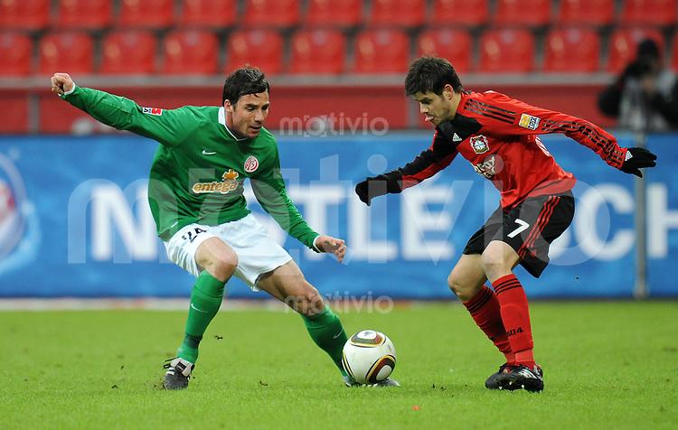 FUSSBALL  1. BUNDESLIGA   SAISON 2009/2010  18. SPIELTAG Bayer 04 Leverkusen - FSV Mainz 05                     16.10.2010   Zsolt LOEW (li, Mainz) gegen Tranquillo BARNETTA (re, Leverkusen)