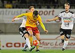 2015-10-24 / voetbal / seizoen 2015-2016 / Oosterzonen - Bocholt / Een duel om de bal tussen Arne Hoefnagels (r) (Oosterzonen) en Niek Van den Putte (l) (Bocholt)