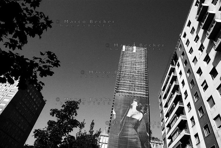 """Milano, piazza della Repubblica. Cartellone pubblicitario con l'immagine di una donna sul grattacielo """"Torre Breda"""" --- Milan, Repubblica square. A Billboard with the image of a woman on the skyscraper """"Breda Tower"""""""