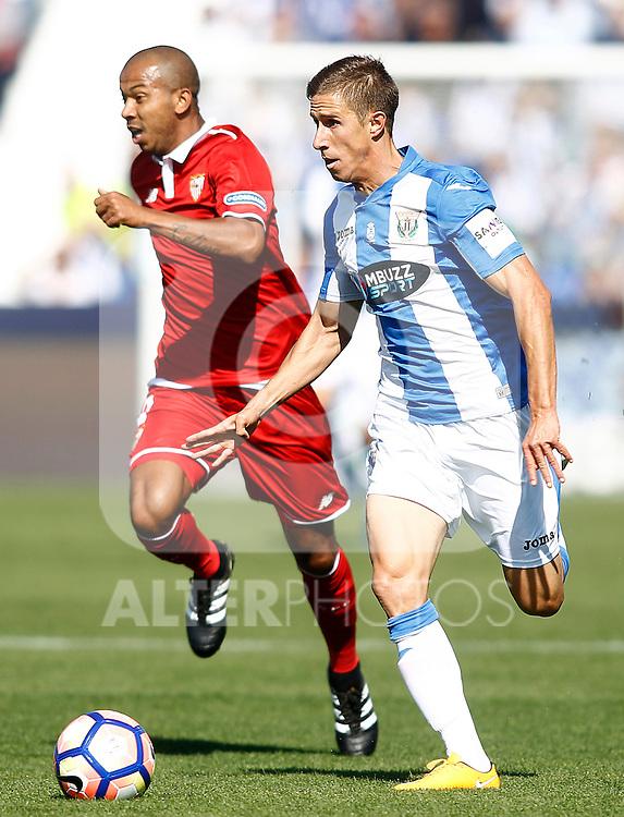 CD Leganes' Alexander Szymanowski (r) and Sevilla FC's Mariano Ferreira during La Liga match. October 15,2016. (ALTERPHOTOS/Acero)