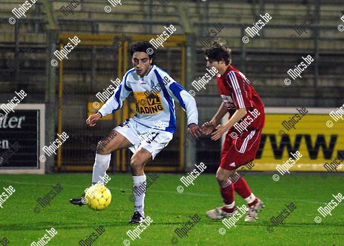 KFC Verbroedering Geel - FC Nieuwkerken Sint-Niklaas: Bram Hallaert van Sint-Niklaas kijkt toe hoe Kadir Bekmezci van Geel (links) de bal controleert