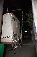 SAO PAULO,SP, 29 DE JUNHO DE 2012 - ACIDENTE DE TRANSITO - Caminhao perde freio e desce a ladeira Av. Dr Antonio Maria de Laet, no Tucuruvi, zona norte da cidade, nesta noite de sexta-feira (29).  Não houve vitimas. FOTO RICARDO LOU/BRAZIL PHOTO PRESS