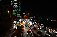 SÃO PAULO - SP - 12,08,2014 - TRÂNSITO CAPITAL/SP - O motorista encontra lentidão na     Marginal Pinheiros sentido Osasco. Região oeste da cidade de São Paulo,nessa terça-feira,12 (Foto:Kevin David/Brazil Photo Pres)