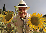 Montelabate, 1995 circa, Dario Fo fa lo spaventapasseri in un campo di girasoli, Montelabate, about 1995, Dario Fo as a scarecrow in a sunflowers field