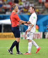 FUSSBALL WM 2014  VORRUNDE    Gruppe D     England - Italien                         14.06.2014 Wayne Rooney (re, England) reklamiert bei Schiedsrichter Bjorn KUIPERS (li)