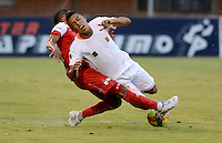 ENVIGADO -COLOMBIA-21-09-2014. Carlos Londoño (Der) de Envigado FC disputa el balón con Wilder Medina (Izq) de Independiente Santa Fe durante partido por la fecha 10 de la Liga Postobón II 2014 realizado en el Polideportivo Sur de la ciudad de Envigado./ Carlos Londoño (R) of Envigado FC fights for the ball with Wilder Medina (L) of Independiente Santa Fe during match for the 10th date of the Postobon League II 2014 at Polideportivo Sur in Envigado city.  Photo: VizzorImage/Luis Ríos/STR